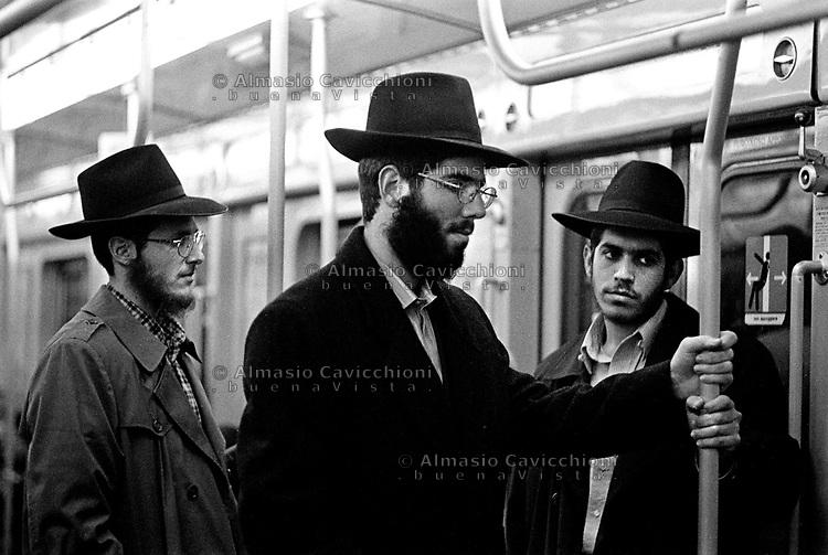 Milano: comunita' LUBAVITCH, studenti di Yeshiva' in metropolitana.Milan: LUBAVITCH community, Yeshiva' students in the tube..