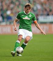 FUSSBALL   1. BUNDESLIGA   SAISON 2013/2014   9. SPIELTAG SV Werder Bremen - SC Freiburg                           19.10.2013 Clemens Fritz (SV Werder Bremen) am Ball