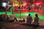 Nederland, Haaren, 03-09-2010  De gemeente Haaren in Noord-Brabant organiseert een avond met film en debat op het dorpsplein. Ze willen de meningen peilen over het toestaan van boringen naar schaliegas. De Stichting SchalieGASvrij Haaren en het bedrijf Cuadrilla Resources spreken tijdens de manifestatie.  Op de foto luisteren inwoners van Haaren zittend op de stoep en op het dorpsplein naar een spreker..FOTO: Gerard Til