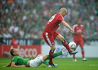 FUSSBALL   1. BUNDESLIGA   SAISON 2011/2012    5. SPIELTAG SV Werder Bremen - Hamburger SV                         10.09.2011 Andreas WOLF (li, Bremen) graetscht Mladen PETRIC (re, Hamburg) ab