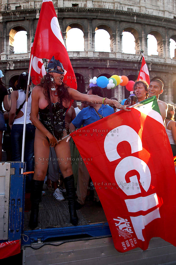 ROMA   GAY PRIDE 2005.LA SFILATA DEL GAY PRIDE,ORGOGLIO OMOSSESSUALE  PER LE VIE DELLA CITTA.