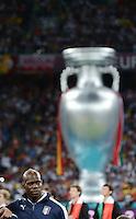 FUSSBALL  EUROPAMEISTERSCHAFT 2012   FINALE Spanien - Italien            01.07.2012 Ein ueberdimensionierter EM Pokal hinter Mario Balotelli (Italien)