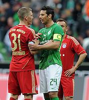 FUSSBALL   1. BUNDESLIGA   SAISON 2011/2012   32. SPIELTAG SV Werder Bremen - FC Bayern Muenchen               21.04.2012 Bastian Schweinsteiger (li, FC Bayern Muenchen) und Claudio Pizarro (re, SV Werder Bremen) sind nach dem Abpfiff im Gespraech