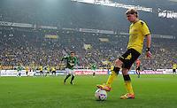 FUSSBALL   1. BUNDESLIGA   SAISON 2011/2012   26. SPIELTAG Borussia Dortmund - SV Werder Bremen               17.03.2012 Marcel Schmelzer (Borussia Dortmund) legt sich den Ball an der Seitenlinie zurecht.
