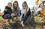 Foto: VidiPhoto<br /> <br /> DOORNENBURG - Tientallen kinderen van basisschool De Doornick in het Gelderse Doornenburg, gingen woensdag aan de slag om de omgeving van het kasteel te beplanten met 750 haagbeuken in twee rijen naast elkaar. Tegelijk met de Provinciale Statenverkiezingen werden woensdag door het hele land tijdens Boomfeestdag 200.000 nieuwe boompjes neergezet. Thema is dit jaar Bomen &amp; Water. De start van de Boomfeestdag was in Almere in aanwezigheid prinses Laurentien en staatssecretaris Sharon Dijksma. Aan de boomfeestdag dezen ruim 300 gemeenten en zo'n 100.000 kinderen mee. Foto: De driejarige Kas Perquin (l) uit Huissen was woensdag vermoedelijk het jongste boomplantertje.