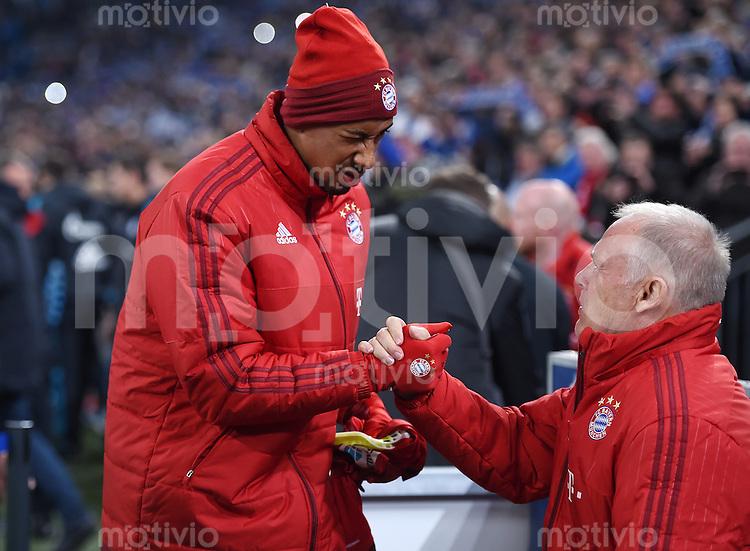 Fussball  1. Bundesliga  Saison 2015/2016  13. Spieltag in Gelsenkirchen FC Schalke 04 - FC Bayern Muenchen     21.11.2015 Jerome Boateng (li, FC Bayern Muenchen) Shake Hands mit Co-Trainer Hermann Gerland (re, FC Bayern Muenchen)