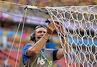 FUSSBALL WM 2014 VORRUNDE GRUPPE E  Italien - England   14.06.2014  Ein TV Techniker montiert eine Kamera am Tornetz