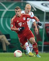 FUSSBALL  DFB-POKAL  ACHTELFINALE  SAISON 2012/2013    FC Augsburg - FC Bayern Muenchen        18.12.2012 Xherdan Shaqiri (li, FC Bayern Muenchen) gegen Tobias Werner (FC Augsburg)