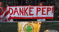 FUSSBALL  DFB POKAL FINALE  SAISON 2015/2016 in Berlin FC Bayern Muenchen - Borussia Dortmund         21.05.2016 FC Bayern Fans mit einem Plakat; Danke Pep!
