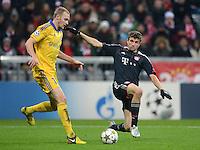 FUSSBALL   CHAMPIONS LEAGUE   SAISON 2012/2013   GRUPPENPHASE   FC Bayern Muenchen - FC Bate Borisov              05.12.2012 Maksim Bordachev (li, FC Bate Borisov) gegen Thomas Mueller (FC Bayern Muenchen)