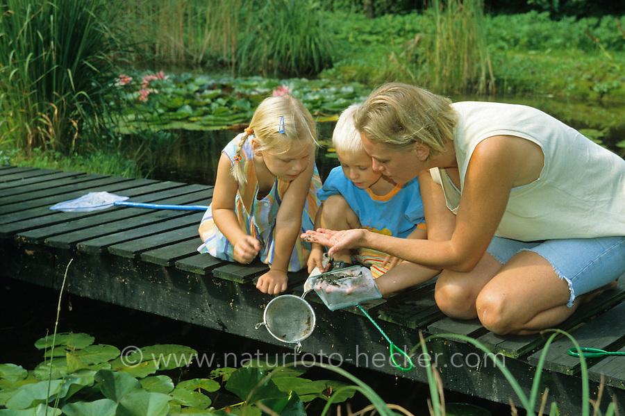 Mutter zeigt ihren Kindern Tierchen aus dem Wasser