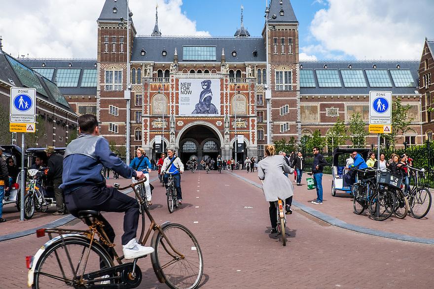 Nederland, Amsterdam, 30 mei 2015<br /> Rijksmuseum op het Museumplein met de beroemde fietstunnel onder het museum door. De fietstunnel is een belangrijke verkeersader voor fietsverkeer in de stad.<br />  <br /> Foto: Michiel Wijnbergh