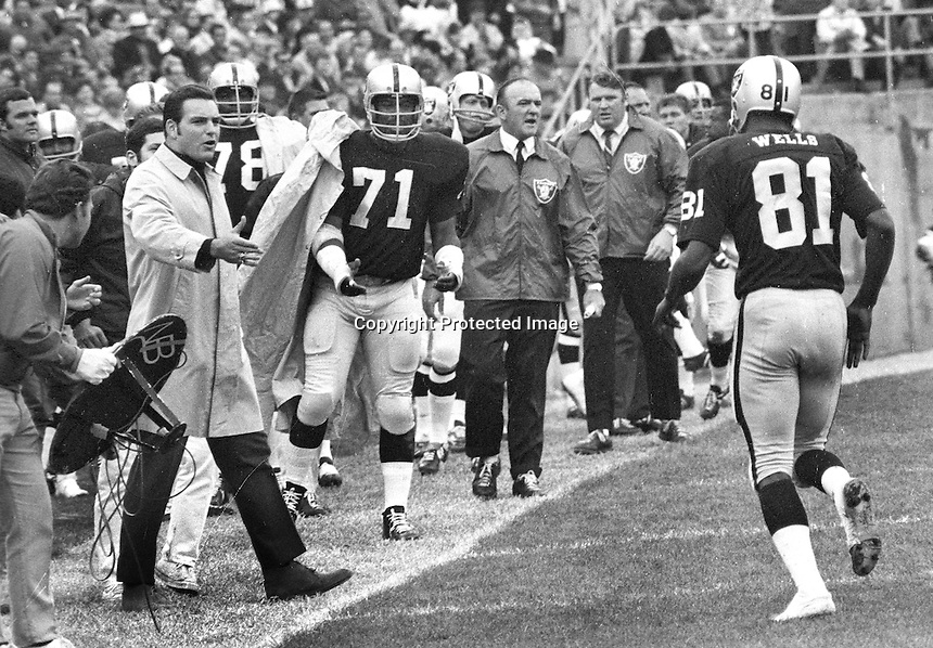 Raiders Warren Wells is greeted by the sideline after touchdown against the Chiefs. (1969 photo/Ron Riesterer)