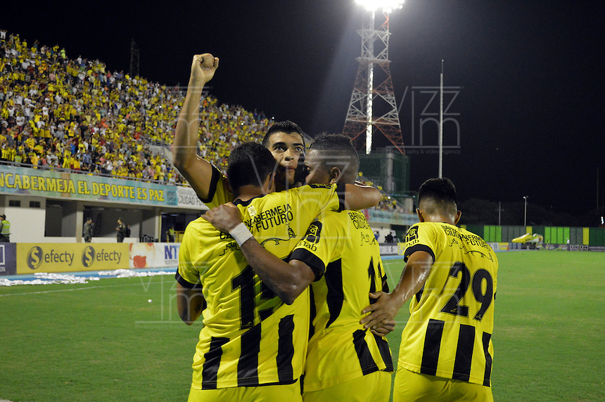 BARRANCABERMEJA- COLOMBIA -10-07-2015: Los jugadores Alianza Petrolera celebran el gol anotado a Uniautonoma, durante partido Alianza Petrolera y Uniautonoma, por la fecha 1 por la Liga Aguila II 2015 en el estadio Daniel Villa Zapata en la ciudad de Barrancabermeja. / The players of Alianza Petrolera celebrate a scored goal to Uniautonoma, during a match Alianza Petrolera and Uniautonoma, for date 1 of the Liga Aguila II 2015 at the Daniel Villa Zapata stadium in Barrancabermeja city. Photo: VizzorImage  / Jose D Martinez / Cont.