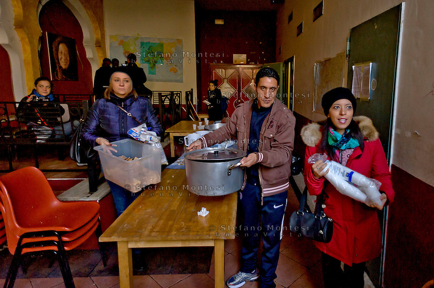 Roma 6 Dicembre 2015<br /> Chiude il centro per migranti Baobab in Via Cupa, gestito da volontari che in questi mesi, da giugno a oggi, ha accolto pi&ugrave; di 30mila migranti provenienti da Etiopia, Somalia ed Eritrea. La chiusura dello stabile &egrave; stata imposta dal Comune di Roma per motivi amministrativi. Volontari e migranti preparano l'ultima colazione.<br /> Rome December 6, 2015<br /> Closes the center for migrants Baobab in Via Cupa, run by volunteers who in recent months, from June to today, has received more than 30 thousand migrants from Ethiopia, Somalia and Eritrea. The closure of the building has been imposed by the city of Rome for administrative reasons. Volunteers and migrants prepare the last breakfast.