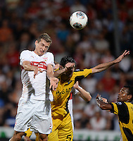 FUSSBALL   INTERNATIONAL   UEFA EUROPA LEAGUE   SAISON 2013/2014    Qualifikation VfB Stuttgart - Botev Plovdiv    08.08.2013 Daniel Schwaab (VfB Stuttgart) gegen Boban Grncharov (Botev Plovdiv)