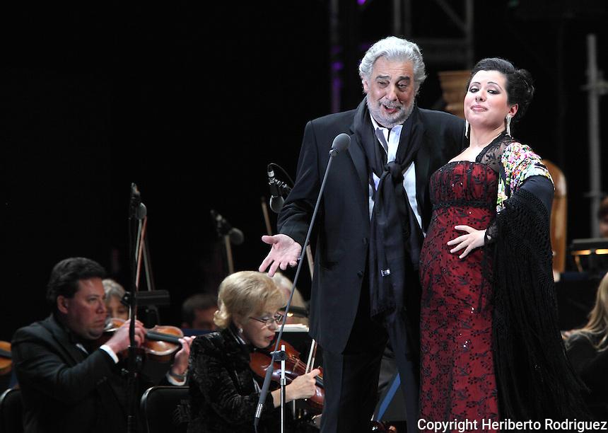 Opera soprano singer maria alejandres and tenor singer placdo domingo