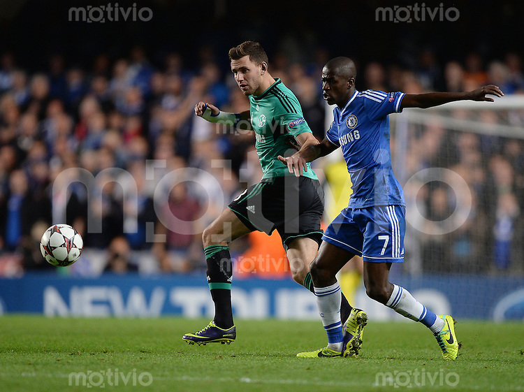 FUSSBALL   CHAMPIONS LEAGUE   SAISON 2013/2014   Vorrunde  in London FC Chelsea - FC Schalke     06.11.2013 Adam Szalai (li, FC Schalke 04) gegen Ramires (FC Chelsea)