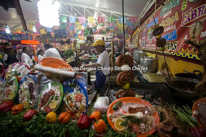 El Marqu&eacute;s, Quer&eacute;taro. 11 de diciembre de 2016.- Con una gran afluencia de p&uacute;blico que acudi&oacute; a los diferentes eventos, naves de exposiciones ganaderas, as&iacute; como comerciales, restauranteras, y de diversi&oacute;n; este fin de semana los comerciantes que acudieron a la convocatoria de la Feria Internacional Ganadera 2016 que se celebra a&ntilde;o con a&ntilde;o en el municipio de El Marqu&eacute;s, concluyeron con una satisfactoria venta de sus productos.<br /> <br /> Sin embargo, sorpresas como el alto precio en los alimentos, el cambio de los mismos no marcados en las cartas, elevados precios en ropa para el fr&iacute;o as&iacute; como prendas de piel, y el incremento en los precios de taquilla as&iacute; como de estacionamiento no fue factor para que este domingo dejar&aacute; de acudir p&uacute;blico.<br /> <br /> Periodistas y personas de la sociedad civil se quejaron tambi&eacute;n de la solicitud de mordida por parte de elementos de seguridad privada para dejar salir los veh&iacute;culos.<br /> <br /> Foto: Demian Ch&aacute;vez