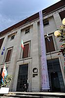 Roma, 27 Maggio 2010.Manifestazione dei lavoratori della ricerca, del sindacato CGIL-CISL-UIL  per protestare contro  il decreto anti-crisi approvato dal Consiglio dei Ministri il 25 maggio, che sopprime gli enti di ricerca, definiti enti inutili, i lavoratori  hanno appeso uno striscione  sull' edificio del Consiglio Nazionale delle Ricerche..Rome, May 27, 2010.Demonstration workers  of the research, CGIL, CISL and UIL to protest against the anti-crisis decree approved by the Cabinet on May 25, which suppresses the research institutions,defined entities unnecessary, workers have hung a banner on the building National Research Council.