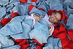 Foto: VidiPhoto<br /> <br /> ALMERE - Klaar voor vertrek naar Lesbos. De Almeerse wijkpastor Bert Noteboom rust even uit op en tussen een enorme stapel rugzakjes en petten, bestemd voor zo'n duizend asielzoekers op het Griekse eiland Lesbos. Zaterdagmorgen vertrekt hij met een team van vijf mensen om de veelal Syrische moslimvluchtelingen een hart onder de riem te steken met een rugzak vol eten, drinken, rode petten, basisverzorging (zeep/tandpasta) en... een Bijbel. Behalve de Bijbels in de Arabische taal, worden alle spullen op Lesbos ingekocht, om zo ook de plaatselijke middenstand te steunen. In korte tijd wist de evangelist uit Almere met name via Facebook 25.000 euro op te halen voor zijn actie en het geld blijft binnenstromen. Het team betaalt de reis- en verblijfskosten uit eigen zak, maar wordt ter plaatse bijgestaan door een Nederlandse reisorganisatie. Noteboom: &quot;De basisbehoefte van mensen is liefde. Op Lesbos zetten ze hun eerste stap op Europese bodem. Wij willen ze iets laten zien van christelijke naastenliefde. Misschien is het een druppel op de gloeiende plaat, maar voor duizend mensen maken wij het verschil.&quot; Naast veel positieve reacties, heeft Noteboom ook enkele bedreigingen binnen gekregen van mensen die vinden dat hij op deze wijze IS 'binnen' haalt.