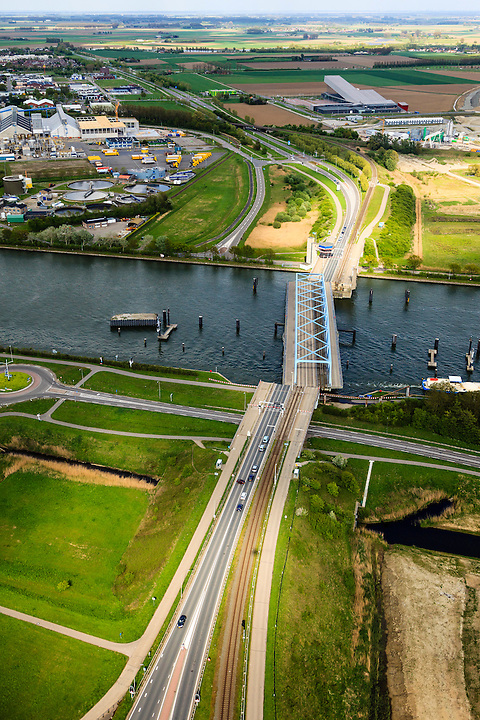 Nederland, Zeeland, Zeeuws-Vlaanderen, 09-05-2013; Sluiskil, Kanaal Gent-Terneuzen, kanaalkruising Sluiskil. De brug in de N61 sluit zeer regelmatig voor zeeschepen en dit veroorzaakt files. Daarom zal de kanaalbrug vervangen worden door een tunnel, de Sluiskiltunnel (oplevering 2015).<br /> The pivot bridge over the canal Gent-Terneuzen (Zeeland) closes very regularly for seagoing vessels and this causes traffic jams. Therefore, the canal bridge will be replaced by a tunnel, the tunnel Sluiskil (completion 2015).<br /> luchtfoto (toeslag op standard tarieven);<br /> aerial photo (additional fee required);<br /> copyright foto/photo Siebe Swart.