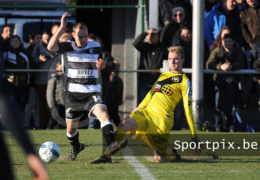 RC LAUWE - WS LAUWE :<br /> Dylan Debrouwere (R) tracht Jordy Dewilde (L) af te stoppen<br /> <br /> Foto VDB / Bart Vandenbroucke