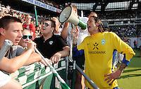 FUSSBALL   1. BUNDESLIGA   SAISON 2011/2012    3. SPIELTAG SV Werder Bremen - SC Freiburg                             20.08.2011 Torwart Tim WIESE (Bremen) jubelt nach dem Abpfiff mit einem Megaphon vor der Fankurve