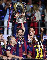 FUSSBALL  CHAMPIONS LEAGUE  FINALE  SAISON 2014/2015   Juventus Turin - FC Barcelona                 06.06.2015 Der FC Barcelona gewinnt die Champions League 2015: Gerard Pique jubelt umrahmt von Andres Iniesta (lI) und Neymar (re) mit dem Pokal
