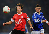 FUSSBALL   DFB POKAL    SAISON 2012/2013    ACHTELFINALE FC Schalke 04 - FSV Mainz 05                          18.12.2012 Julian Baumgartlinger (li, FSV Mainz 05) gegen Klaas Jan Huntelaar (re, FC Schalke 04)