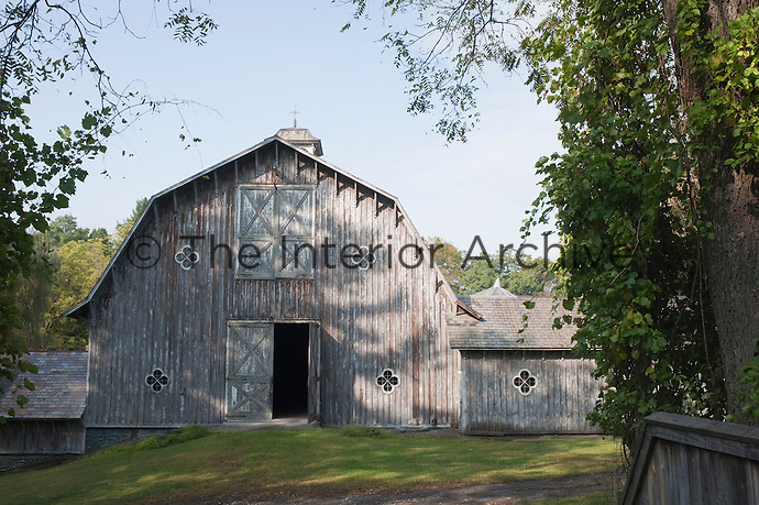 The main hayloft building is flanked by a pair of stables which embrace the contours of the landscape