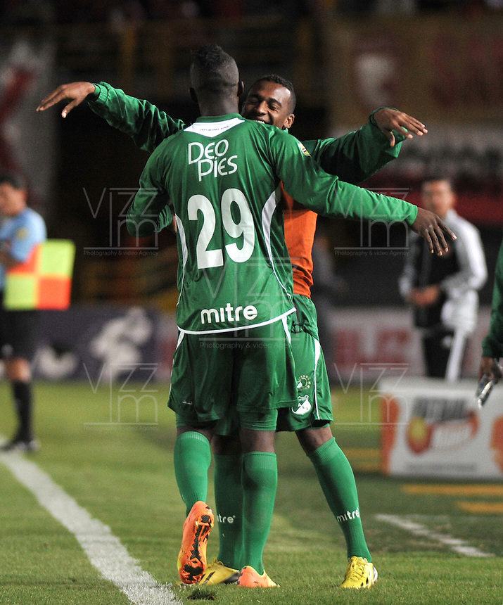 BOGOTA - COLOMBIA-06-07-2013: Los jugadores del Deportivo Cali, celebran el gol anotado durante partido en el estadio Nemesio Camacho El Campin de la ciudad d Bogota, julio 6 de 2013. Independiente Santa Fe y Deportivo Cali durante partido por la sexta fecha de los cuadrangulares semifinales de la Liga Postobon I. (Foto: VizzorImage / Luis Ramirez / Staff). The players of Deportivo Cali, celebrate a goal scored during game in the Nemesio Camacho El Campin stadium in Bogota City, July 6, 2013. Independiente Santa Fe and Deportivo Cali, in match for the sixth round of the semi finals of the Postobon League I. (Photo: VizzorImage / Luis Ramirez / Staff).