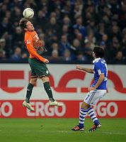 FUSSBALL   1. BUNDESLIGA   SAISON 2011/2012    17. SPIELTAG FC Schalke 04 - SV Werder Bremen                            17.12.2011 Clemens Fritz (li, Bremen) gegen Raul (re, FC Schalke 04)