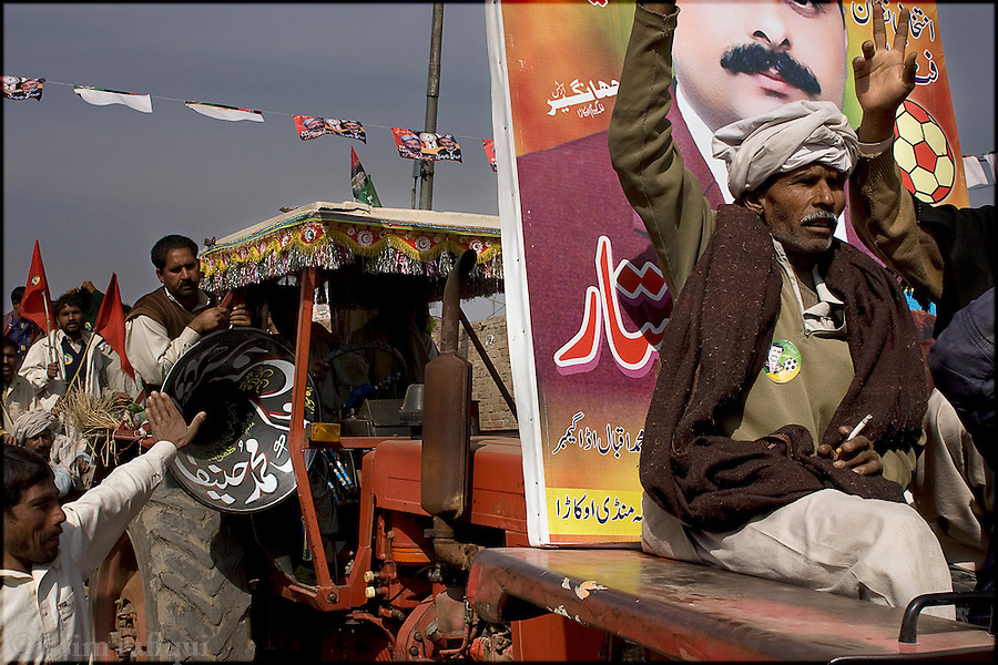 Okara, Punjab, Pakistan. 2008. A group of landless peasants in okara take out a political rally in support of their candidate, mehr abdul sattar foot - abdul sattar is the first landless peasant to run for a seat in the provincial assembly