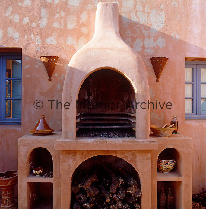 The kitchen of the poolhouse has no cooking equipment so the cooking is done on a barbecue located outside on the terrace