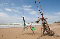 Naturkunst am Strand, Strandmobile aus Spielzeug, Müll und anderem Strandgut, Fundstückemobile, Mobile, Strandkunst, Strand, Meer, Küste