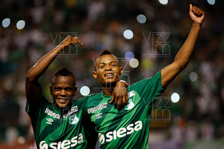PALMIRA -COLOMBIA-12-03-2015. Harold Preciado (Der) jugador del Deportivo Cali celebra un gol anotado al Atlético Junior durante partido por la fecha 9 de la Liga Aguila I 2015 jugado en el estadio Palmaseca de la ciudad de Palmira./  Harold Preciado (R) player of Deportivo Cali celebraes a goal scored to Atletico Junior during match for the 9th date of Aguila League I 2015 played at Palmaseca stadium in Palmira city Photo: VizzorImage/ Juan C. Quintero /STR