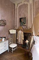 The walls of this bedroom have been distressed by Arnaud Lassus using a purple powder