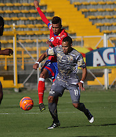 BOGOTA -COLOMBIA, 14-02-2017. Johan Munoz (R) player of Tigres FC figths the ball against of Victor Cantillo(L) player of Deportivo Pasto during match for the date 3 of the Aguila League I 2017 played at Metropolitano de Techo stadium . Photo:VizzorImage / Felipe Caicedo  / Staff