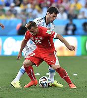 FUSSBALL WM 2014                ACHTELFINALE Argentinien - Schweiz                  01.07.2014 Xherdan Shaqiri (Schweiz) vor Jose Basanta (hinten, Argentinien)
