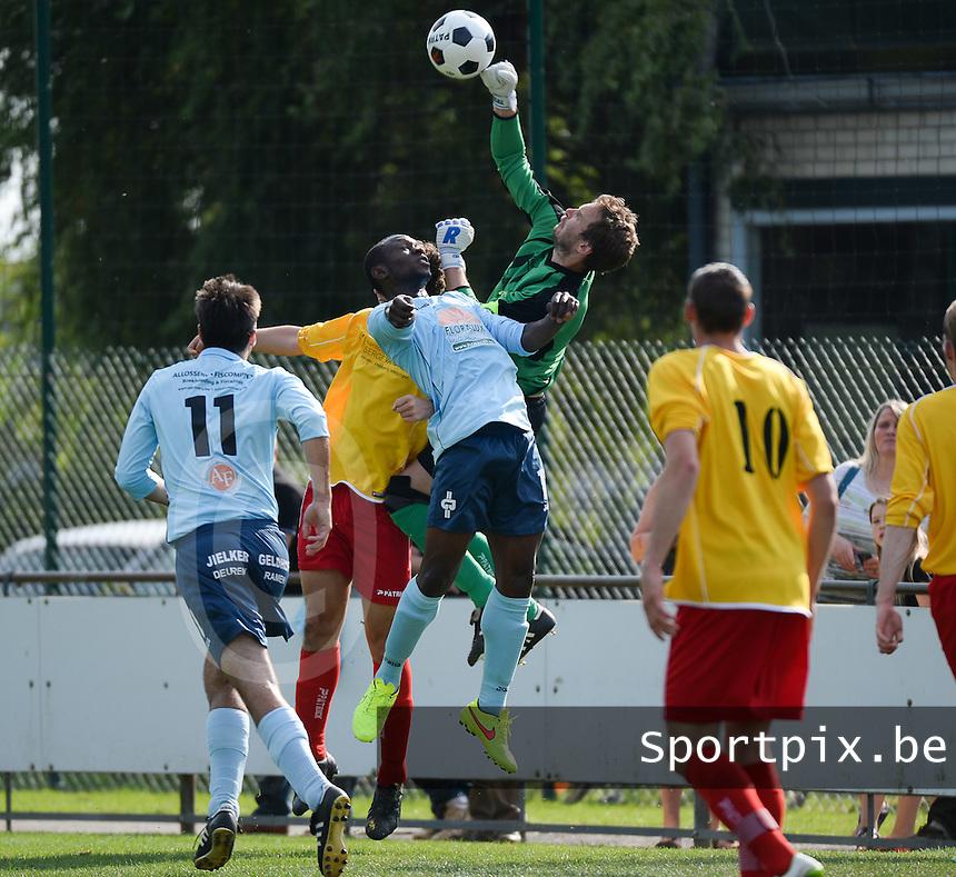 SV Moorslede - VK Dadizele : Moorslede doelman Bram Vanacker bokst de bal weg voor doel<br /> foto VDB / BART VANDENBROUCKE