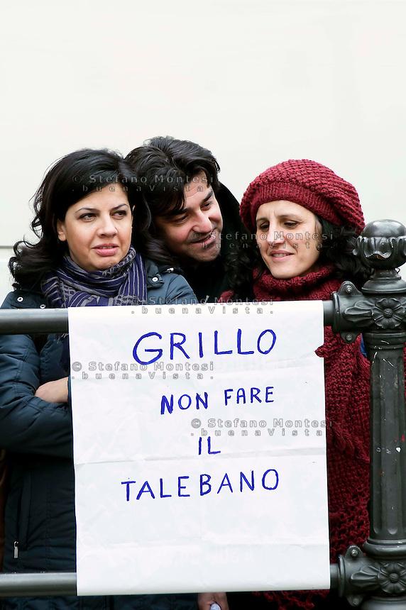 Roma 15 marzo 2013.Montecitorio l'arrivo dei parlamentari alla Camera dei Deputati per l' inizio della XVII legislatura..Un cartello contro Beppe Grillo