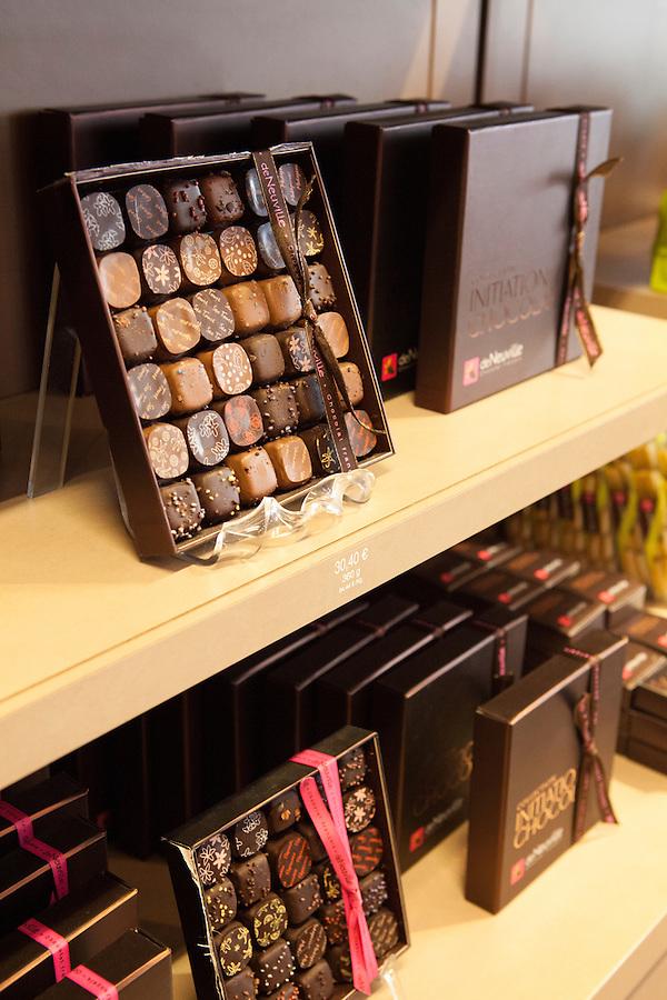 de Neuville fine chocolate and sweet shop,<br /> Rue Saint-Louis en L'ile, Ile Saint-Louis, Paris, France, Europe