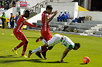 TUNJA -COLOMBIA, 13-05-2017: Jesus David Murillo (Izq) y Larry Vasquez (C) jugadores de Patriotas FC disputan el balón con Jhon Edison Mosquera (Der) jugador de Atletico Nacional durante partido por la fecha 18 de la Liga Águila I 2017 realizado en el estadio La Independencia en Tunja. / Jesus David Murillo (L) and Larry Vasquez (C) players of Patriotas FC fight for the ball with Jhon Edison Mosquera (R) player of Atletico Nacional during match for the date 18 of Aguila League I 2017 at La Independencia stadium in Tunja. Photo: VizzorImage / Javier Morales  / Cont