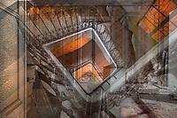 L'espiral de la indig&egrave;ncia<br /> <br /> El paper pintat mig arrencat<br /> despulla la humilitat de les parets,<br /> la pols, una pell fatigada,<br /> recobreix sense rep&ograve;s els esglaons;<br /> hi penetra sigil&bull;losa una llum d&rsquo;ambre.<br />  <br /> S&rsquo;hi imposa sense presses la ru&iuml;na<br /> i tanmateix el ferro, en el seu gest tena&ccedil;,<br /> preserva la dignitat de la forja.<br />  <br /> Els ulls s&rsquo;aboquen en un vertigen espiral<br /> que ens precipita pel forat de l&rsquo;escala,<br /> enduts, atrets, com un malson, pel buit,<br /> per l&rsquo;enigma de l&rsquo;aire arrossegant-nos<br /> en un mirall de rostres ja perduts<br /> pel pes d&rsquo;un m&oacute;n que s&rsquo;extingeix.<br /> <br /> Carles Duarte i Montserrat