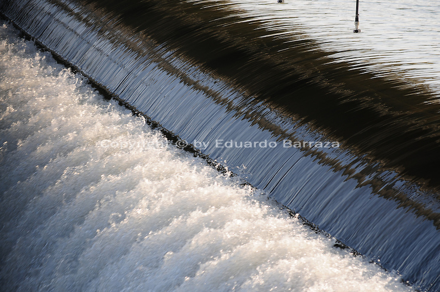Tempe, Arizona. Water flowing over the top of the Tempe Town Lake west dams, creating a waterfall. This water can be recaptured by a recirculation system and pumped back into the lake. Photo Eduardo Barraza © 2015