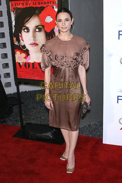 """MIA MAESTRO.AFI Fest 2006 Presented by Audi Hosts a Tribute Penelope Cruz and a Presentation of """"Volver"""" - Arrivals held at ArcLight's Cinerama Dome, Hollywood, California, USA,.2 November 2006..full length brown dress ruffles hoop earrings.Ref: ADM/ZL.www.capitalpictures.com.sales@capitalpictures.com.©Zach Lipp/AdMedia/Capital Pictures."""