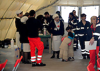 Roma 28 Febbraio 2009.Prima campagna di vaccinazione della Croce Rossa Italiana riguardante i bambini del campo nomadi Casilino 900, uno dei più grandi della Capitale..Bambine in attesa della vaccinazione