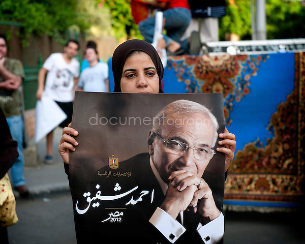 Pro and anti Ahmed Shafiq - former Prime Minister - demonstrators in Heliopolis...copyright : Magali Corouge / Documentography.Egypt, Cairo, 1st of june 2012.