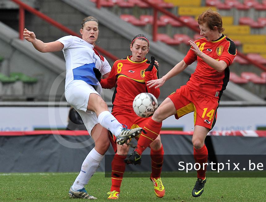 Belgium - The Netherlands : duel tussen Anouk Dekker (links) , Audrey Demoustier en Lien Mermans.foto DAVID CATRY / Vrouwenteam.be